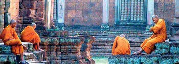 angkor wat camboya - monjes en el templo de angkor, camboya