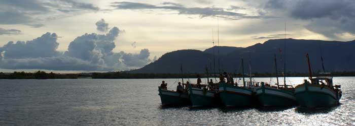 kampot camboya - barcos de río cerca de kampot