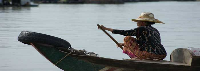Woman on a boat im Kompong Luong, Cambodia