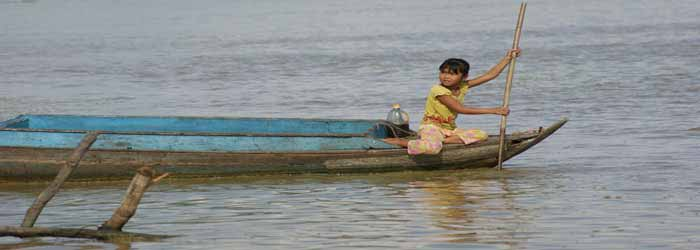 viaggiare con bambini cambogia - Ragazza cambogiana su una barca in Tonle Sap