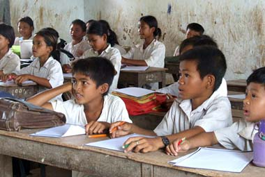 ABOUTAsia Schools - Volunteer with Cambodian children
