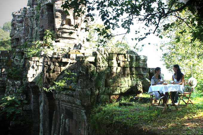 Angkor Thom gate - coffee for two