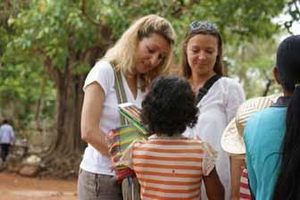 mujer viaje camboya - postal vendedores con mujeres viajeras